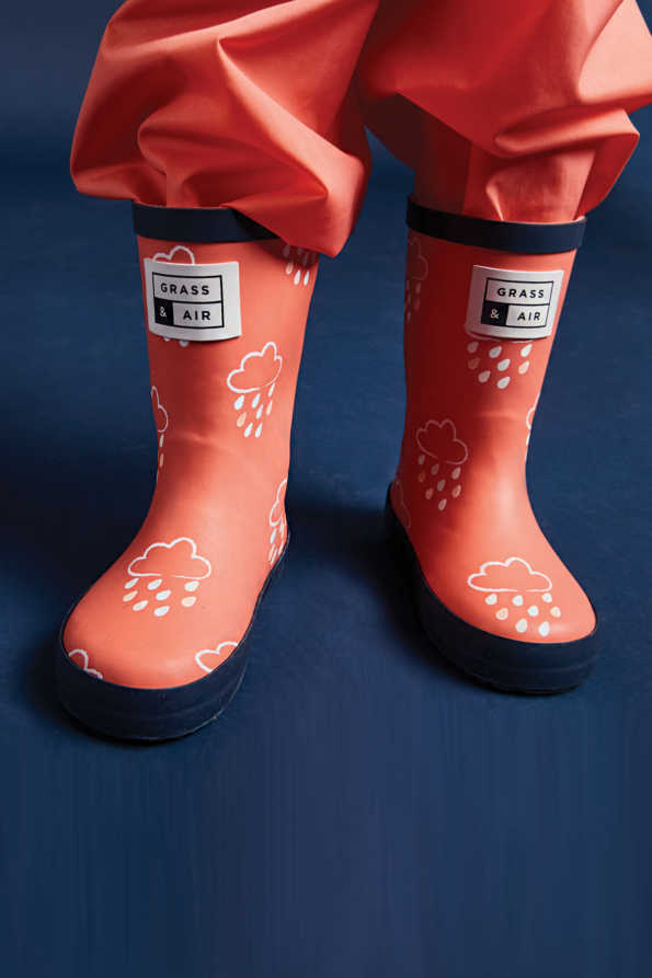 little kids coral colour-revealing wellies lifestyle