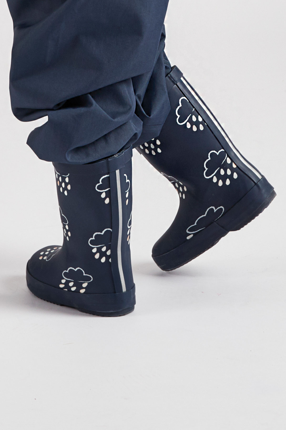 infant colour-revealing navy wellies side view (1200x1800)