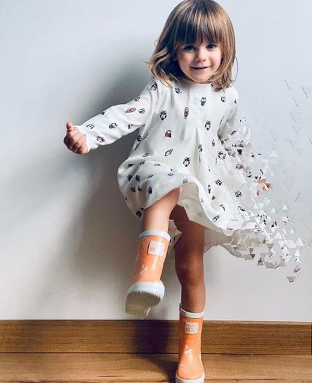 Uplift wardrobe neutrals with our bold neon orange to give a playful twist on those brilliant basics. 🍊 And for an extra bit of fun, these wellies change colour when out in daylight 🌈 . . . . #grassandair #wellies #kidswellies #kidsshoes #kidsfashion
