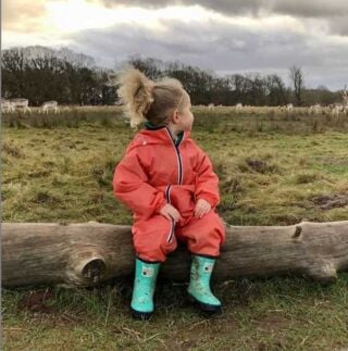 #Fridayfeeling Little explorers can embark on everyday outdoor adventures in our stylish coral puddle suit. 🌳 #repost @katie.marie_and_phoebe.rose  . . . . #kidswellies #bankholiday #weekendplans #childrenswear #kidsfashion #grassandair #familyadventure #kidswear #familyweekend