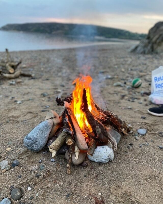Some major staycation inspiration coming through. Who else would love to be on a campfire by the beach roasting marshmallows. 😍 #GrassandAirGetaway  . . . . #staycation #holidayvibes #familyholiday #kidswellies #kidsoutdoors #camping