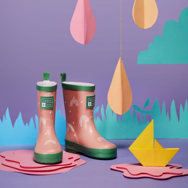 Ahhh sweet calamine pink, a muted beauty that comes alive with its fresh green trim. Rainbows dance across the welly, changing colour when they hit water. Pink, the best kind of neutral and welcome in our wardrobes ALWAYS. 🌈 #SummerOfPlay  #kidswellies #collectionlaunch #kidsfashion #childrensfashion