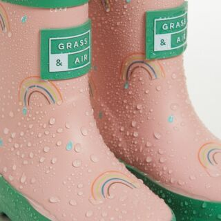 Watch kids marvel as our rainbow print reveals a multi-colour secret when they meet water.🌈 These colour changing wellies are the perfect pairing with a summer of play. ✨Think laughter and chatter, a tangle of friends, in gardens, in parks, all summer long.☀ #kidswellies #kidsclothes #Summerofplay #childrenswear #kidsfashion #kidsfashion #grassandair