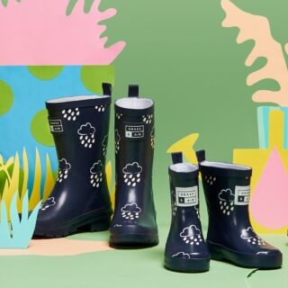 🌈OUR BEST SELLERS JUST GOT BIGGER!🌈Introducing a brand new collection of junior wellies, The Biggies. These colour changing navy wellies are besties with our infant wellies for the ultimate twinning vibe. ✨ #TWINNING #TheBiggies #grassandair #kidswellies #childrensfootwear